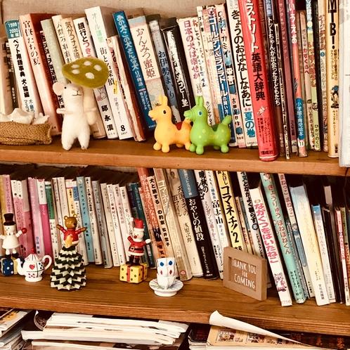 コーヒーラウンジの書棚です。