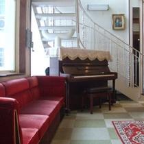 館内のピアノ