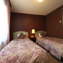 【ツイン】西欧風で落ち着きのある客室。アルプスの別荘のような気持ちにさせてくれます。
