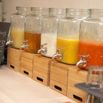 【夕食 ハーフブッフェ】ジュースは色とりどりたくさん揃えていますよ~飲み比べてみてください。