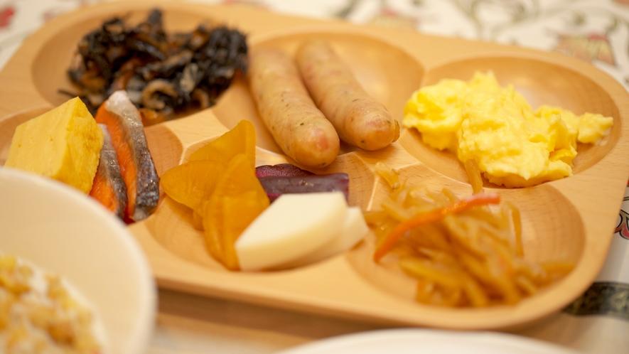 【朝食ブッフェ】木のブッフェ皿に綺麗に盛り付けるとより美味しくいただけますよ☆