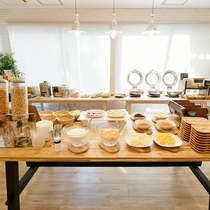 【朝食ブッフェ】朝食は和洋のラインナップが充実。パンやサラダで一日の始まりを!