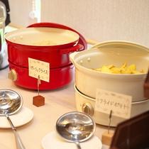 【夕食 ハーフブッフェ】ハーフブッフェの一例(ガーリックライスやフライドポテト)