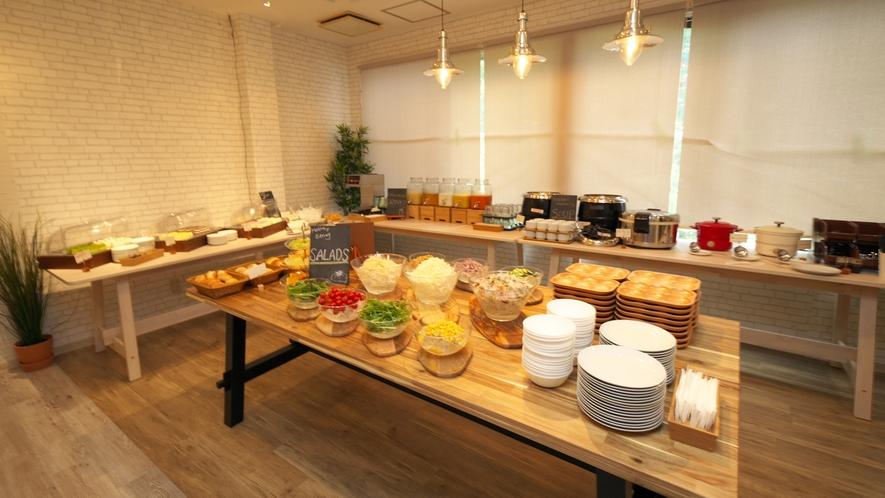 【夕食 ハーフブッフェ】色とりどりのサラダやデザートが並びます!