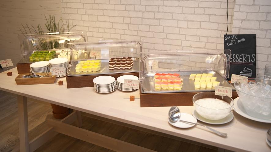【夕食 ハーフブッフェ】デザートブッフェも人気の一つ。ケーキ6種類と杏仁豆腐やフルーツ等(^^♪