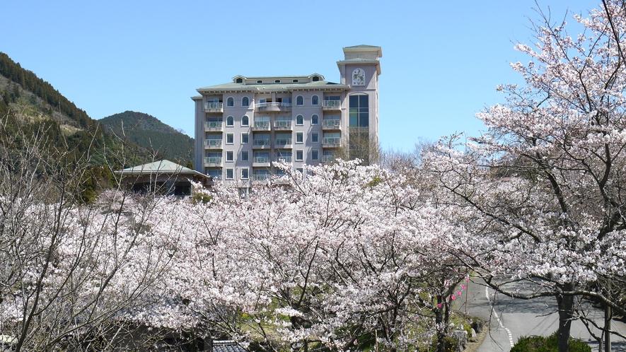 ホテル全景(春)