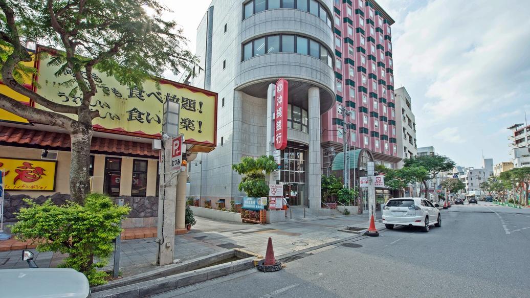 *【ホテル駐車場の入り口はこちらです】沖縄銀行の看板の手前の道を入る