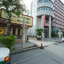 *ホテル駐車場の入り口はこちらです(沖縄銀行の看板の手前の道を入る)