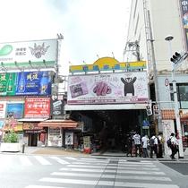*周辺/多くの人でにぎわう国際通り。市場本通りでは沖縄ならではの食べ物やお土産もあります!