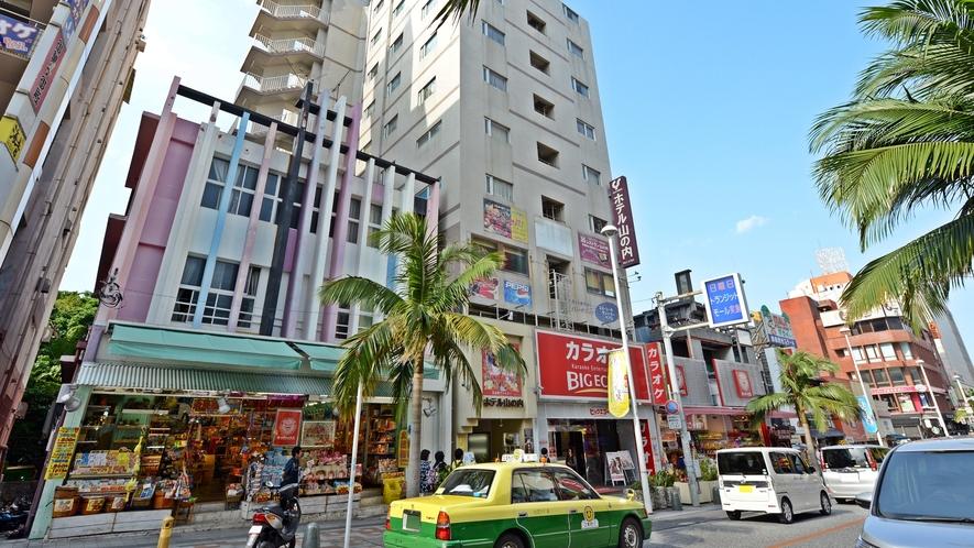 *【ホテル外観】国際通りのど真ん中に立地しております。