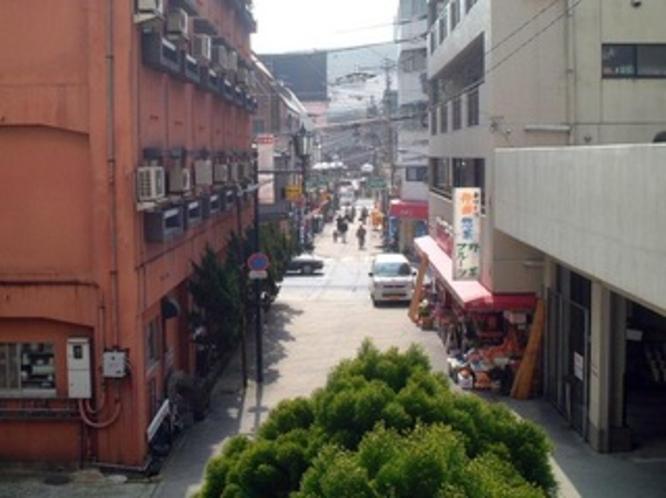駅前商店街(当館より駅方向を望む)