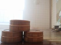 源泉掛け流し!熱塩温泉の壁画風呂 風呂桶