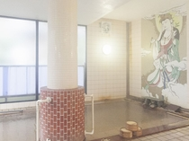 源泉掛け流し!熱塩温泉の壁画風呂湯船