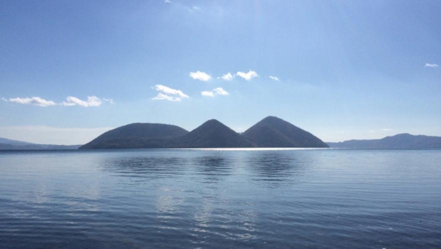 洞爺湖の湖畔から見た中島