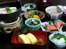 湯豆腐や出汁巻、お浸しなどのおばんざい盛り沢山の和朝食