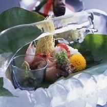 夏のお造り盛り合わせは涼やかな氷鉢で