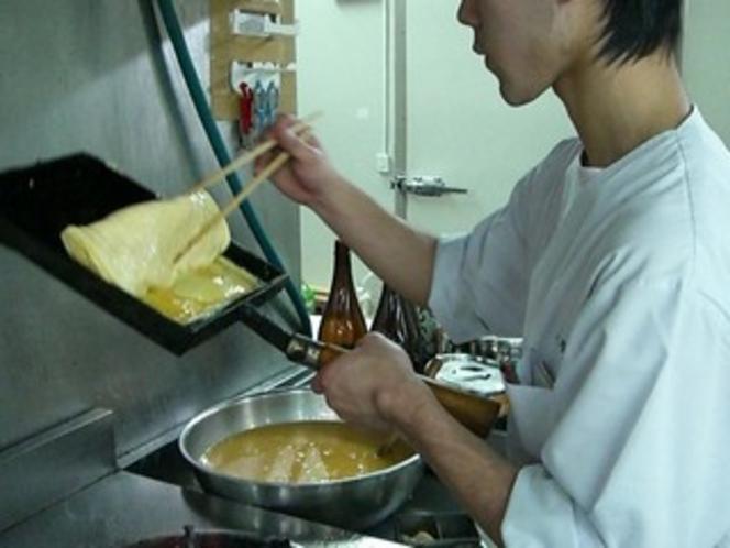 朝食の出汁巻は料理人がふっくらと巻き上げます