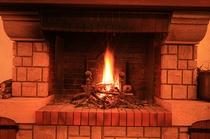 (暖炉)来館されたお客様をお迎えするロビーの暖炉