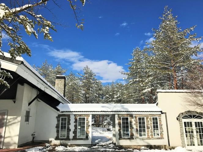 ANNEX棟冬の外観と青空