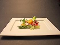 信州アスパラガス、コーレン葉のサラダ仕立て 富山湾産蛍烏賊のマリネ西京味噌ドレッシング(2014春)