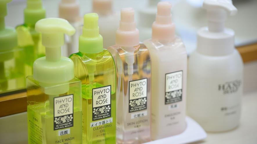 大浴場にはメイク落とし洗顔、化粧水などもご用意しております。