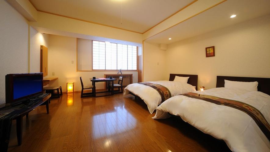 【洋室ツインルーム】フローリングにツインベッド。椅子とテーブルでお食事可能。個室空調、空気清浄機完備