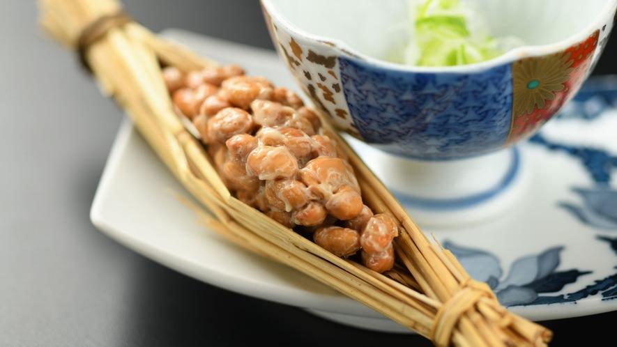 【朝食】一例 藁に包まれた「つと納豆」