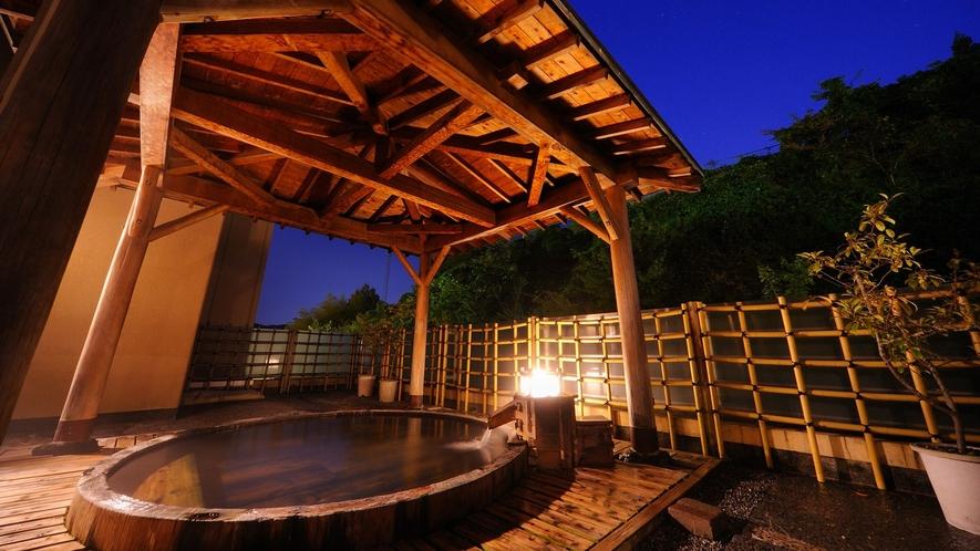 開放的な露天風呂。晴れた日は星が見えることもあります。季節によって新緑や雪景色も楽しめます。