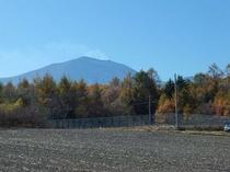 畑から望む浅間山