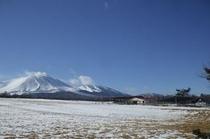 冬の浅間山(大好きな牧草地から)①