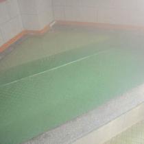 【浴場】1階には24時間楽しめる大きめのお風呂がございます。