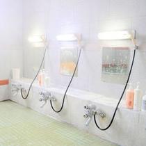 【浴場】一日の疲れを洗い流してください。