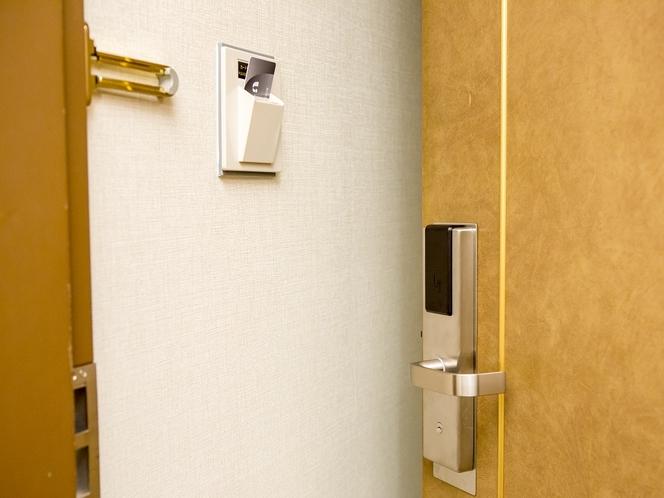客室にはカードキーを使用しております。