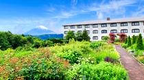ホテル敷地内のガーデンからは富士山も楽しめます