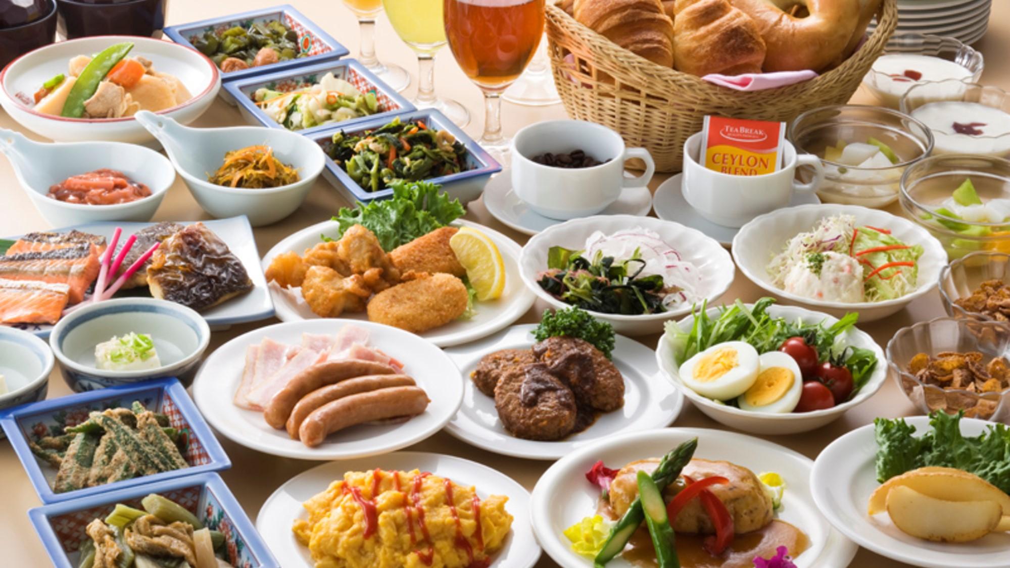 【朝食】約30品の和・洋バイキング 季節のお味噌汁や煮物、パン・コーヒーもあります