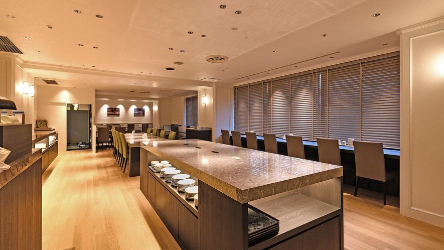【ホテルサンルート札幌 レストラン】入口に配置したブッフェ台には季節のお料理も