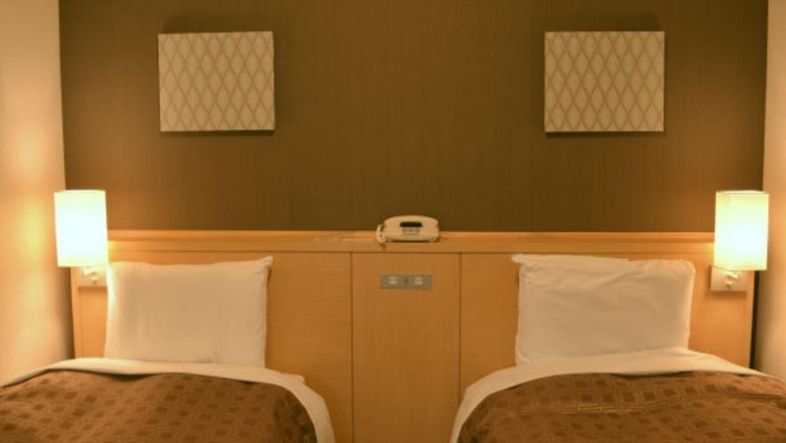 疲れを癒すのは、自然な寝姿勢を保つコイルスプリング式ベット。枕元の明かりが心地よい時間を演出します