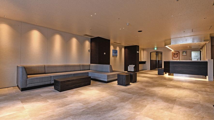 【ホテルロビー】ゆったりとご利用いただける広めのソファーを配置