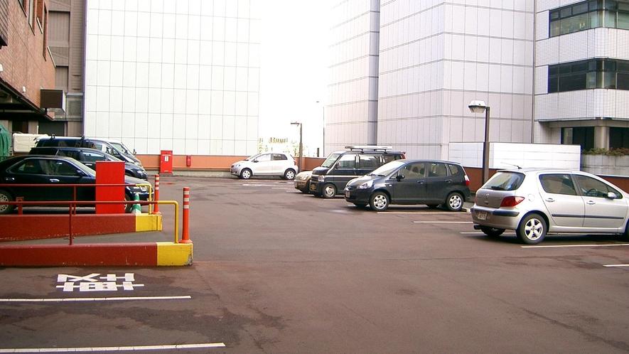 【駐車場】北向きです。駐車券を取ってお入りください