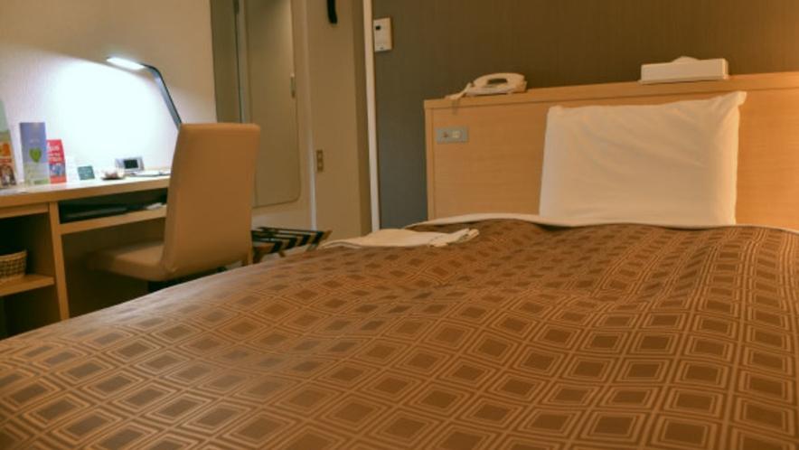 体を優しく支えるコイル式ベッド、軽やかな羽毛布団、そして快眠枕は、オーケストラのように睡眠を奏でます