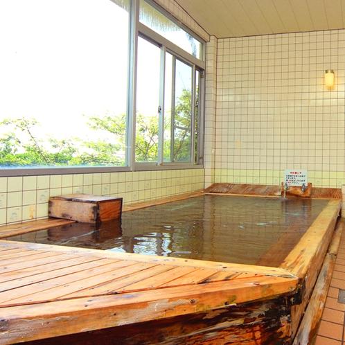 開放感あふれる槙の木の船形展望風呂