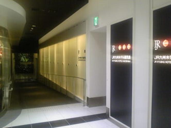 鹿児島中央駅からの連絡通路入口を入るとフロントへ繋がります