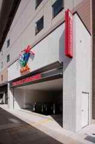 ホテル西口入口横は駅ビル アミュプラザ