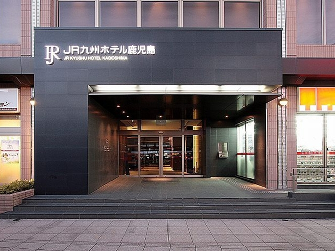 鹿児島中央駅西口側エントランス(エントランス前はタクシー・バスロータリー)