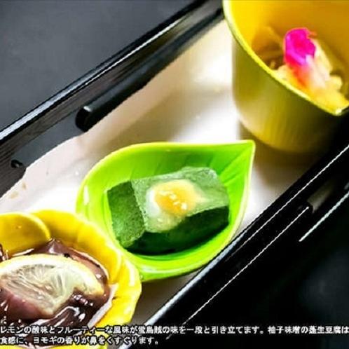 ご夕食(例) 蛍烏賊ワイン漬は、レモンの酸味とフルーティーな風味が蛍烏賊の味を一段と引き立てます。