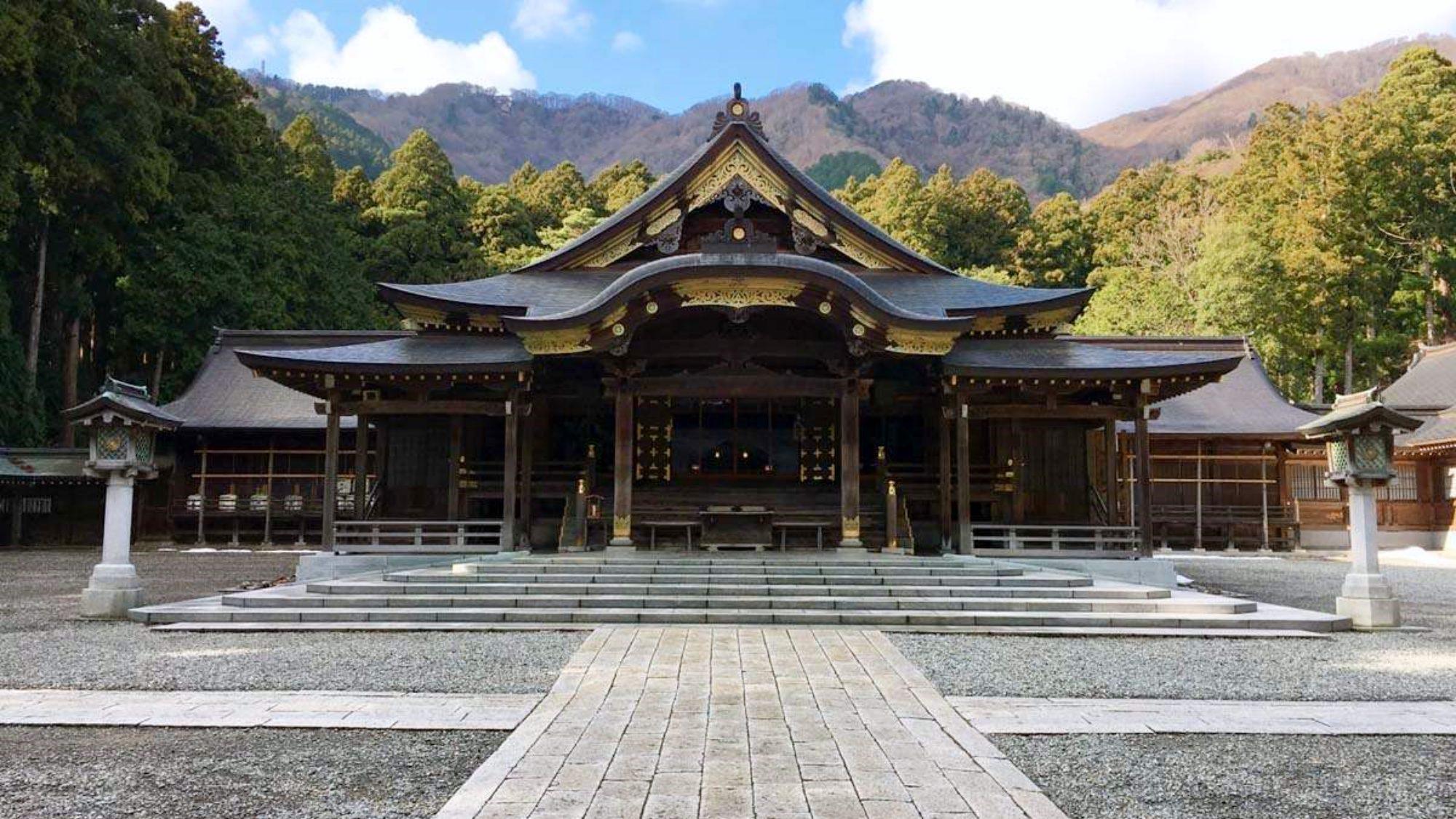 【弥彦神社】『万葉集』にも歌われる古社。人気観光スポットです。当館から車で20分程の距離にあります。