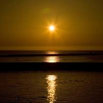 【寺泊の夕陽】夕刻になると、あたり一面が茜色に染まります。