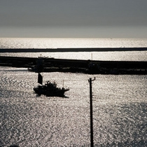 【日本海の夕暮れ】コントラストのきいた光が絵になる、日本海の夕暮れ。