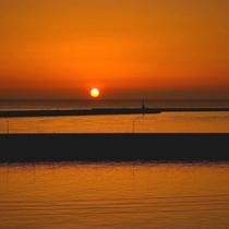 【夕焼け】夕日がゆっくりと日本海に沈んでいく絶景をお楽しみ下さい