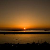 【寺泊の夕陽】日本海に沈む美しい夕日を一望。